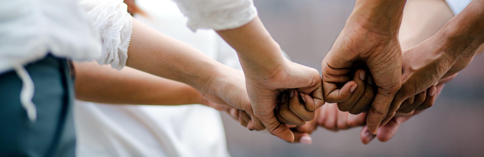 Hände greifen zusammen