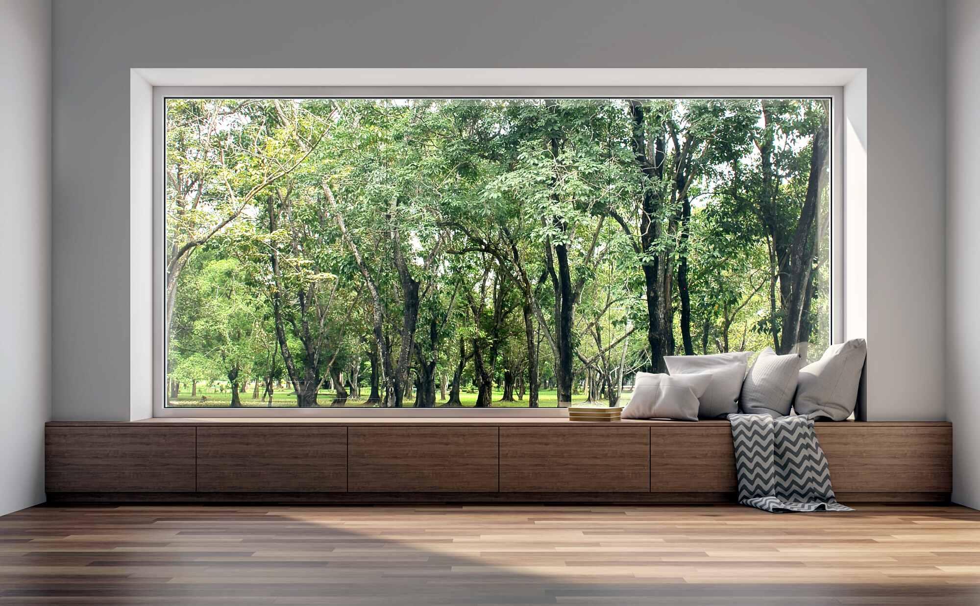 Ein großes Fenster mit Blick in den Wald