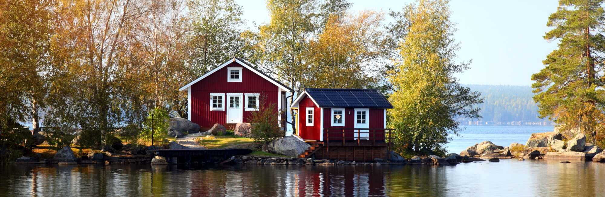 Ein See mit Häusern im Hintergrund