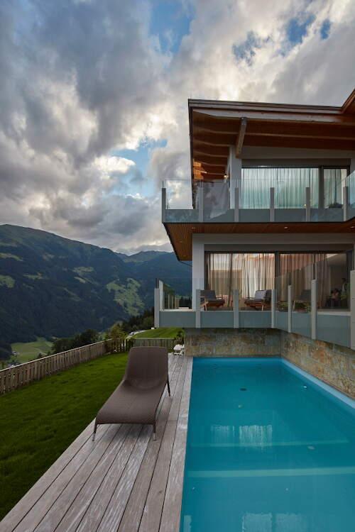 Ein fertiges HolzLehmMassivhaus mit Pool