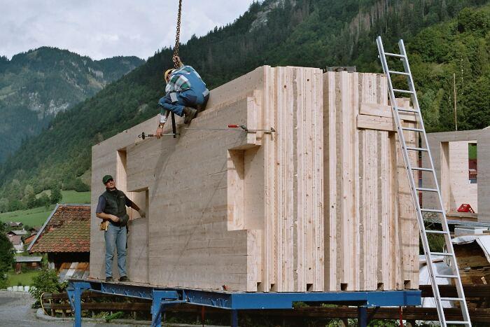 Große Holztafeln am Bau