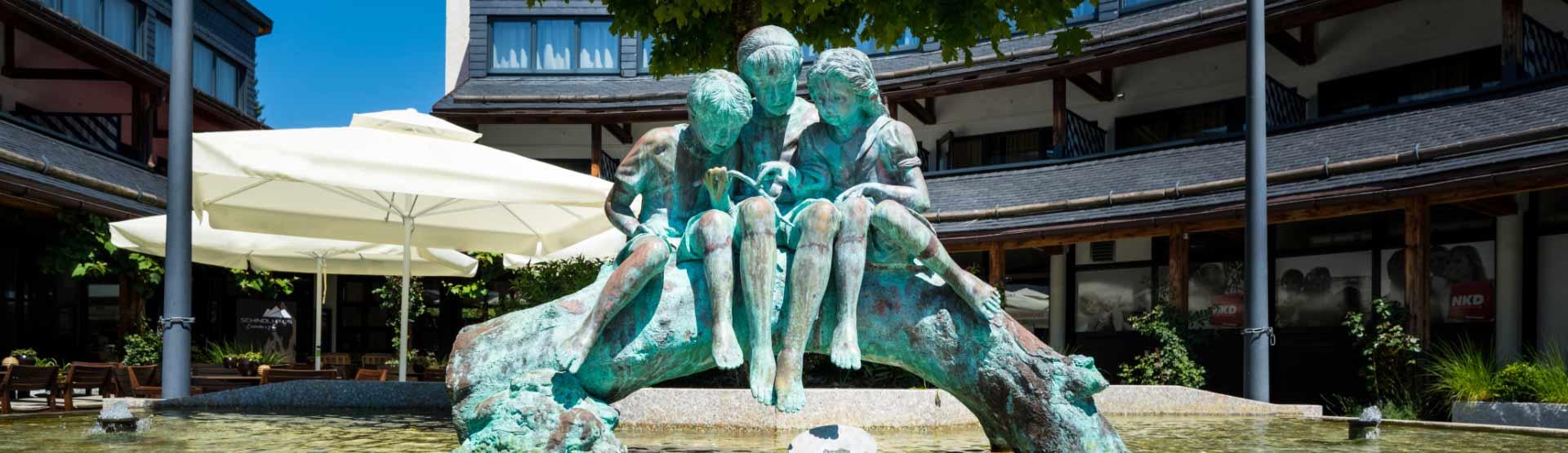 Brunnen mit 3 Statuen vor dem Schindlhaus