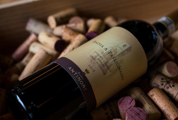 Eine Flasche Rotwein vor einem Haufen Weinkorken.