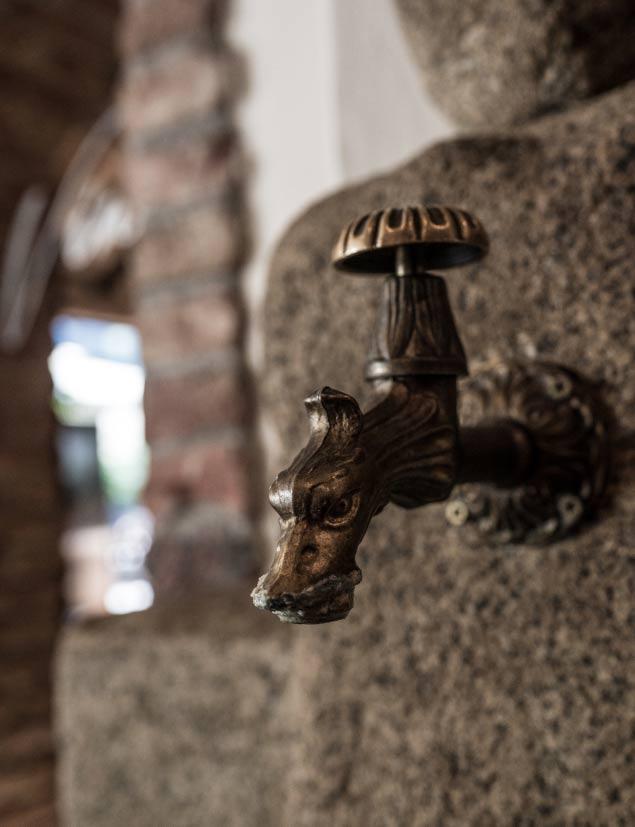 Ein alter Wasserhahn in Form eines Drachen.