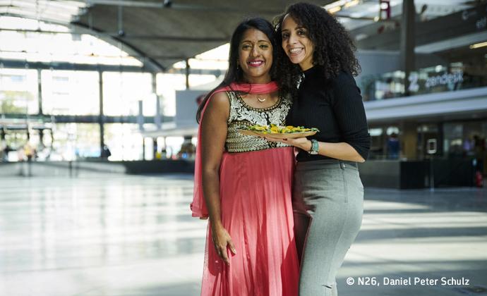 Donia Souad Amamra unterstützt geflüchtete Frauen, Auf dem Bild ist sie zusammen mit einer ihrer Kolleginnen