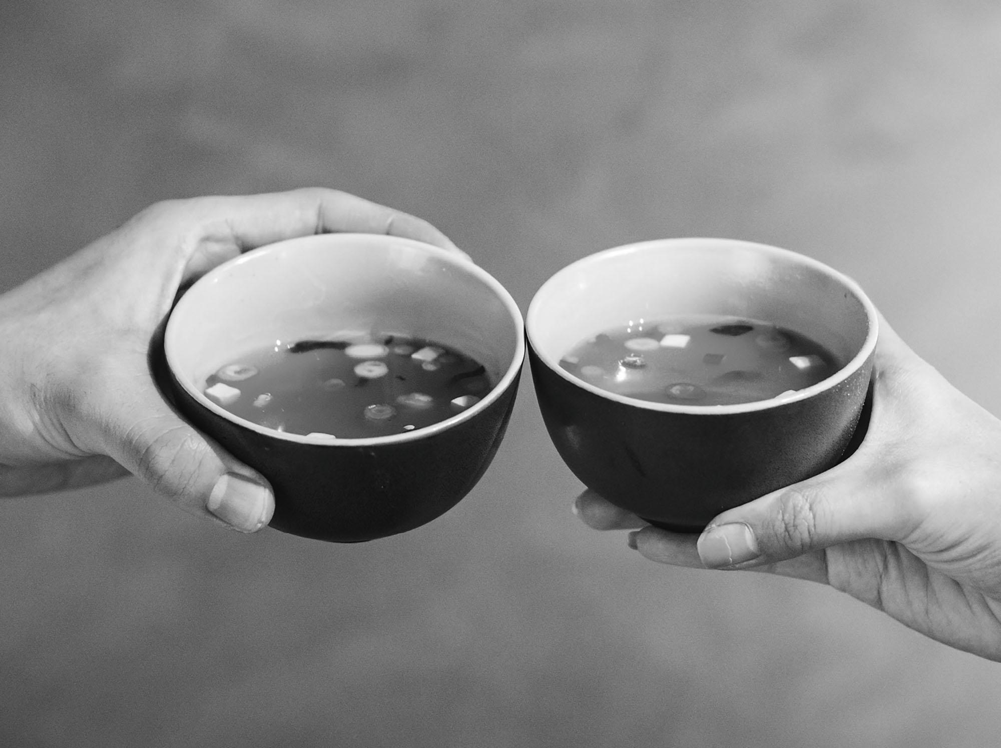 Zwei Hände halten zwei Suppen