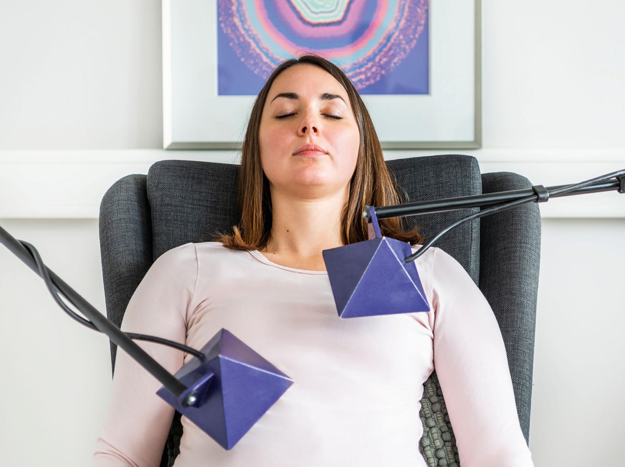 Eine Frau bekommt eine Transmittertherapie