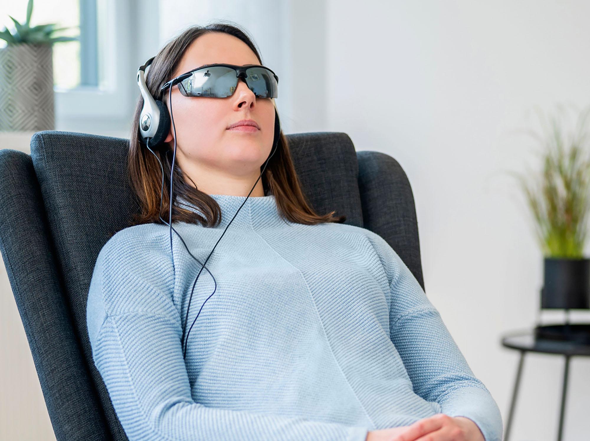 Eine Frau entspannt sich mit dem brainLight