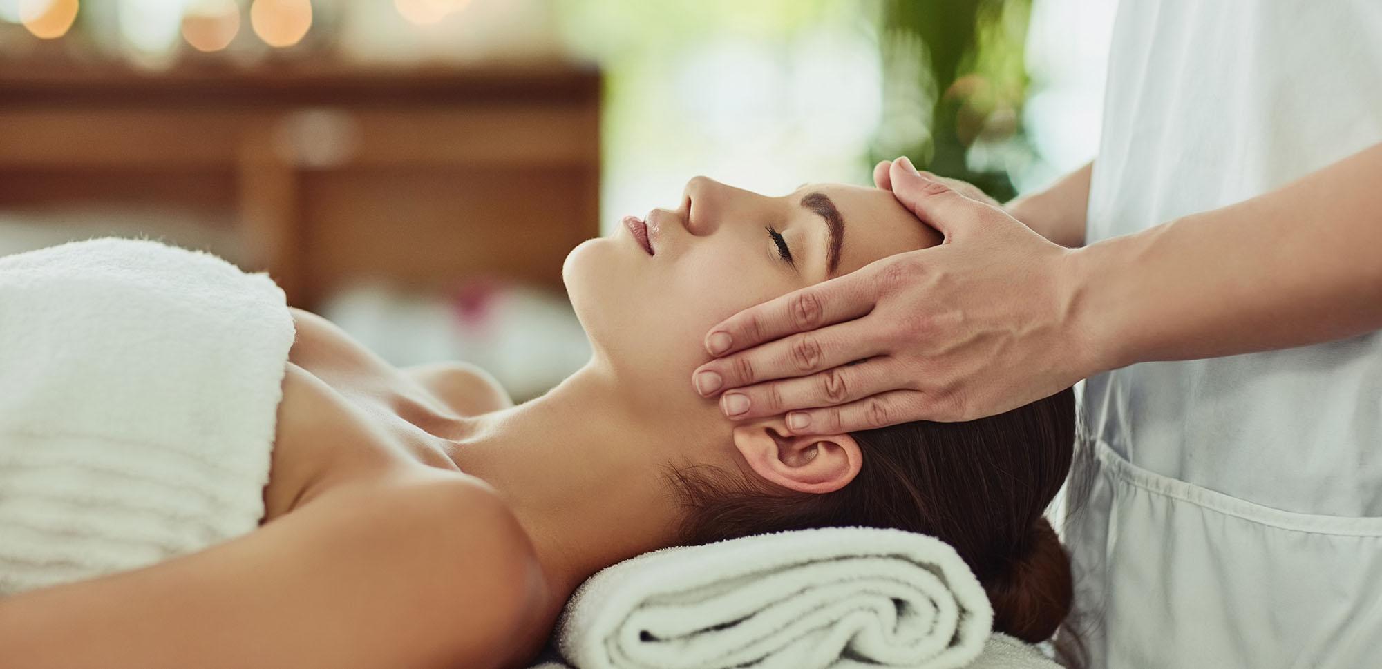 Eine Frau bekommt eine Kopfmassage