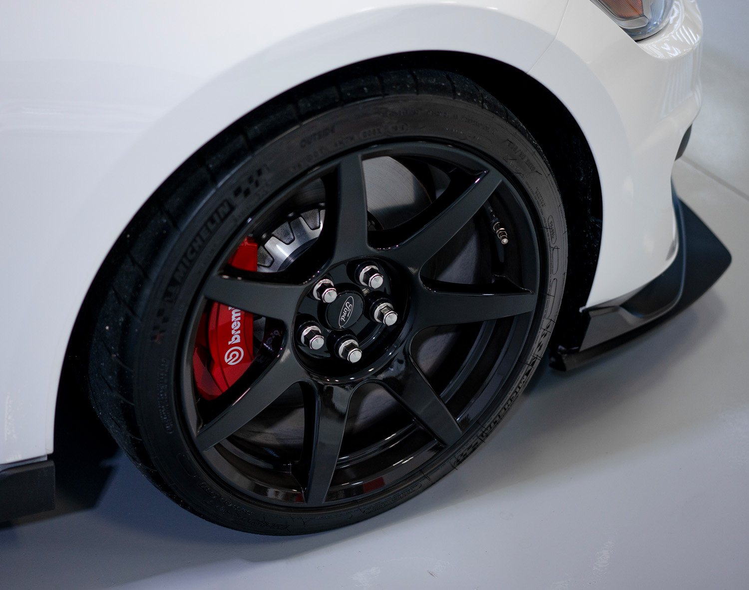 Front wheel of Ford Mustang