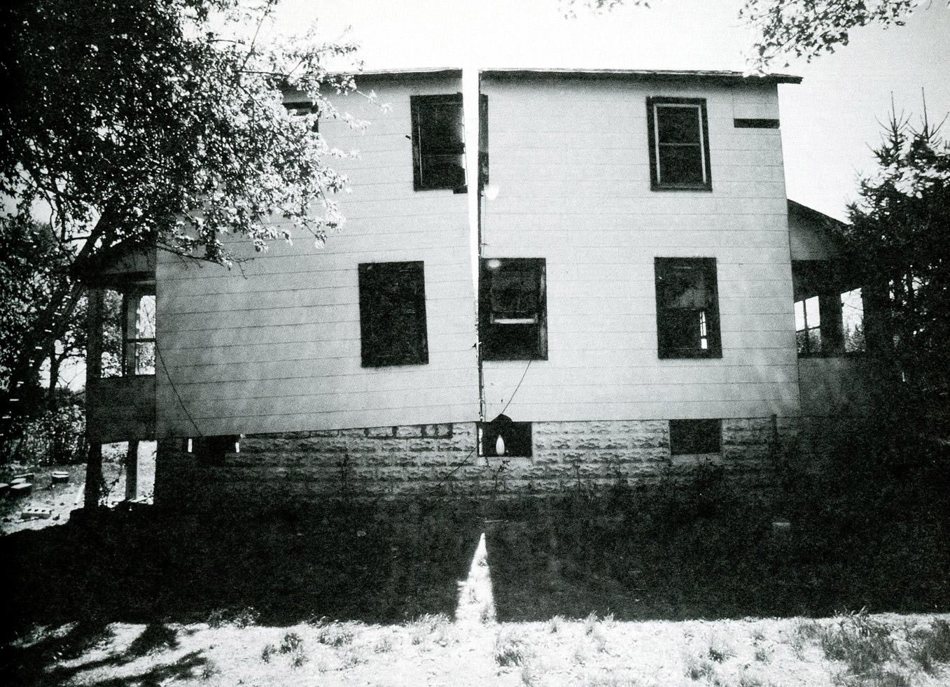 Vista de la exposición Gordon Matta-Clark: Proyectos anarquitectónicos, Museo Tamayo, 2003