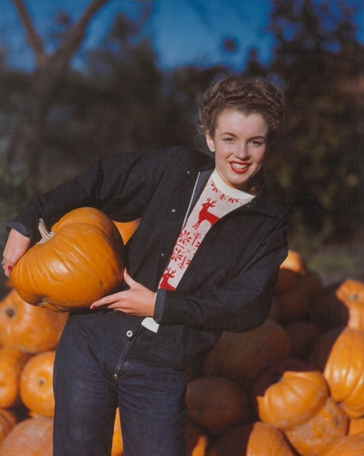 🍂 HELLO, FALL 🎃 Today is the Autumnal Equinox and we're celebrating with 1945's Marilyn Monroe - or rather, Norma Jeane Baker, who would not begin searching for a stage name until the next year. Here, she smiles for photographer André de Dienes as she rests a pumpkin on her hip.  © André de Dienes/MUUS Collection