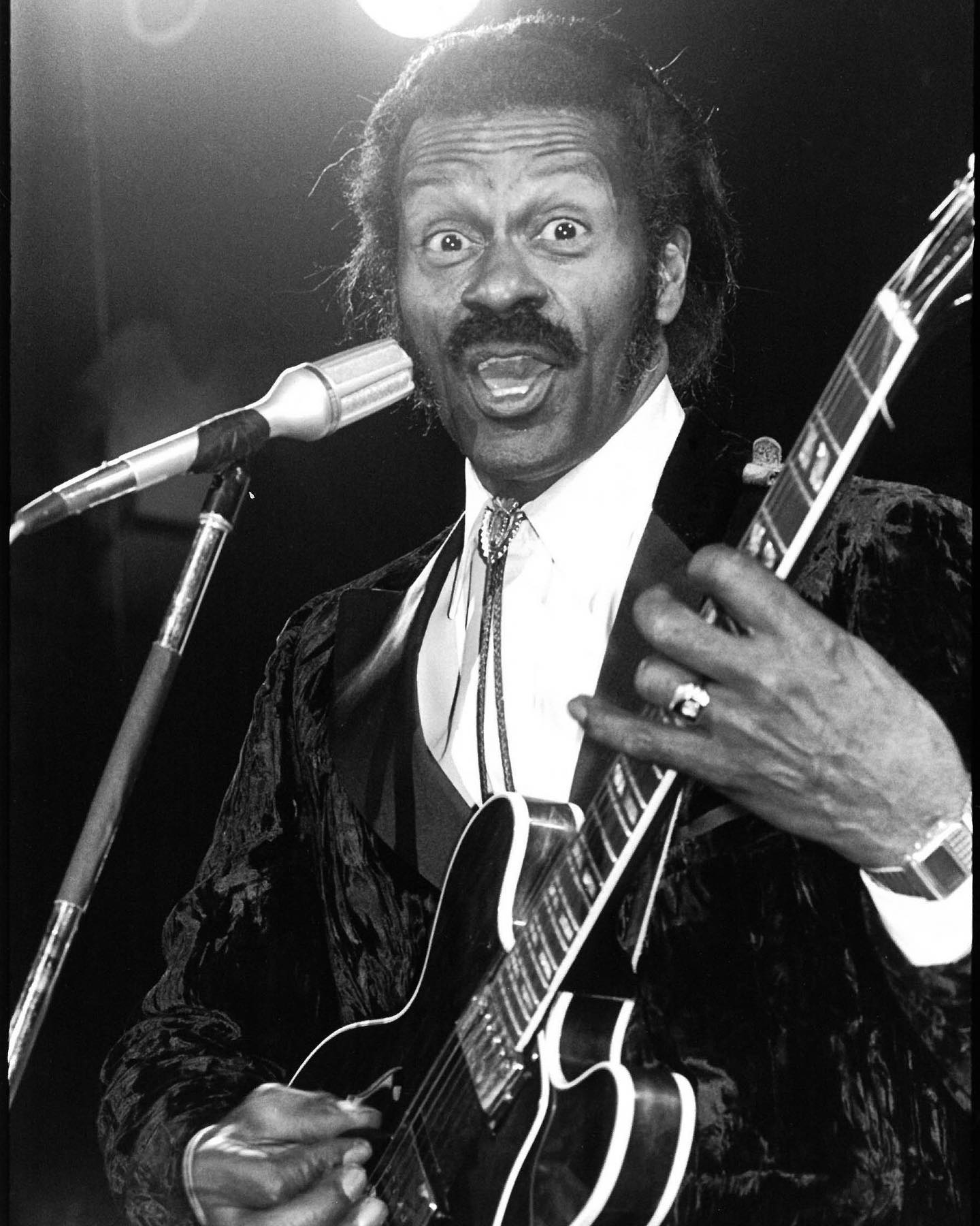 HBD 🥳 to the late Chuck Berry! This music icon, who passed in 2017, would have been 94 today. Photos of Berry in performance at Studio 54 by Alan Tannenbaum @soho_blues 🎸  © Alan Tannenbaum/MUUS Collection