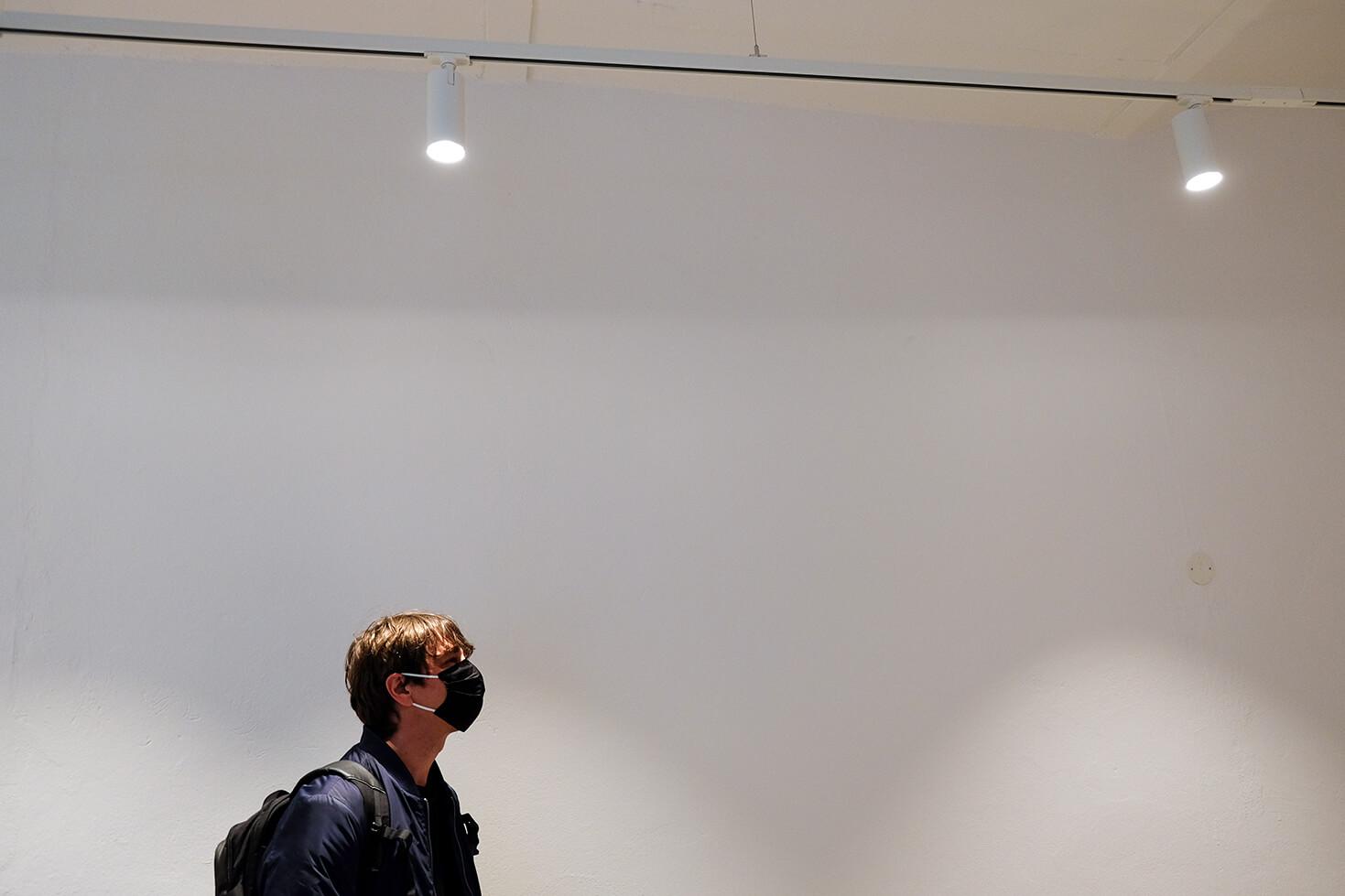 Uwe Viehmann mit Maske in den neuen Galerie Räumen bei HENKELHIEDL