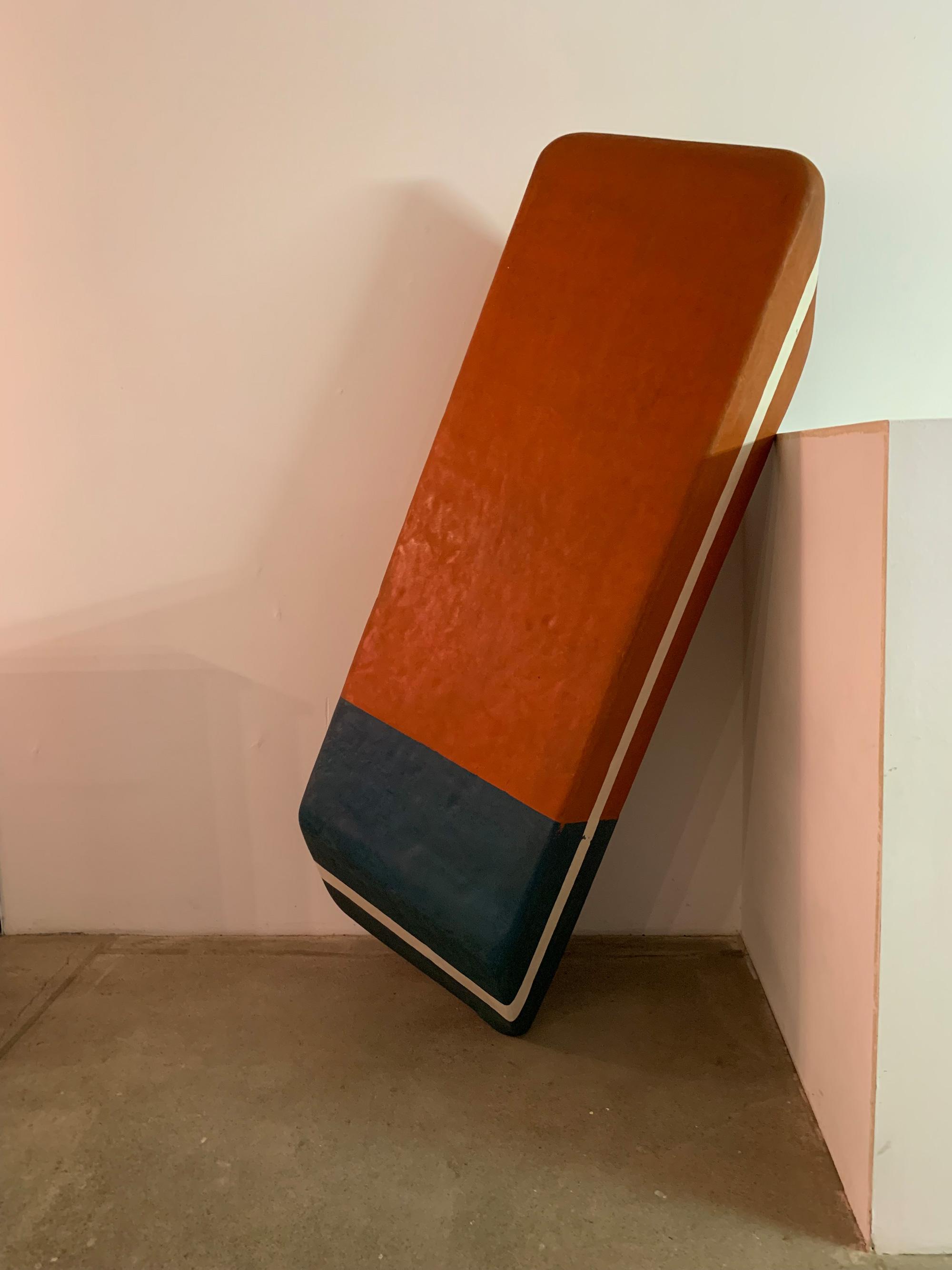 Bild eines überdimensionalen Radiergummis, ein Kunstwerk von Volker März
