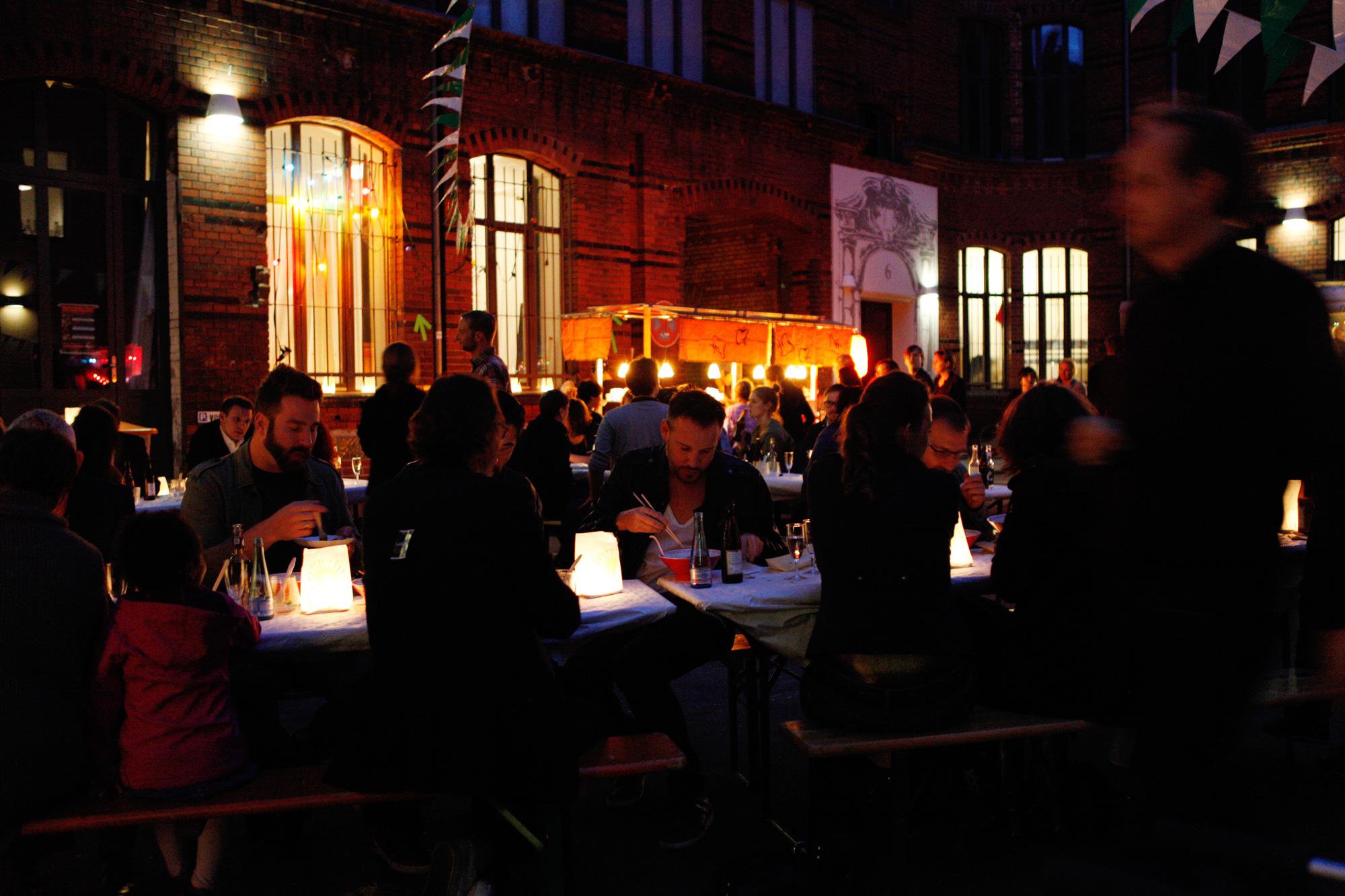 Bilder aus dem Innenhof des Urbanhofs bei der 10-Jahres-Feier von HENKELHIEDL