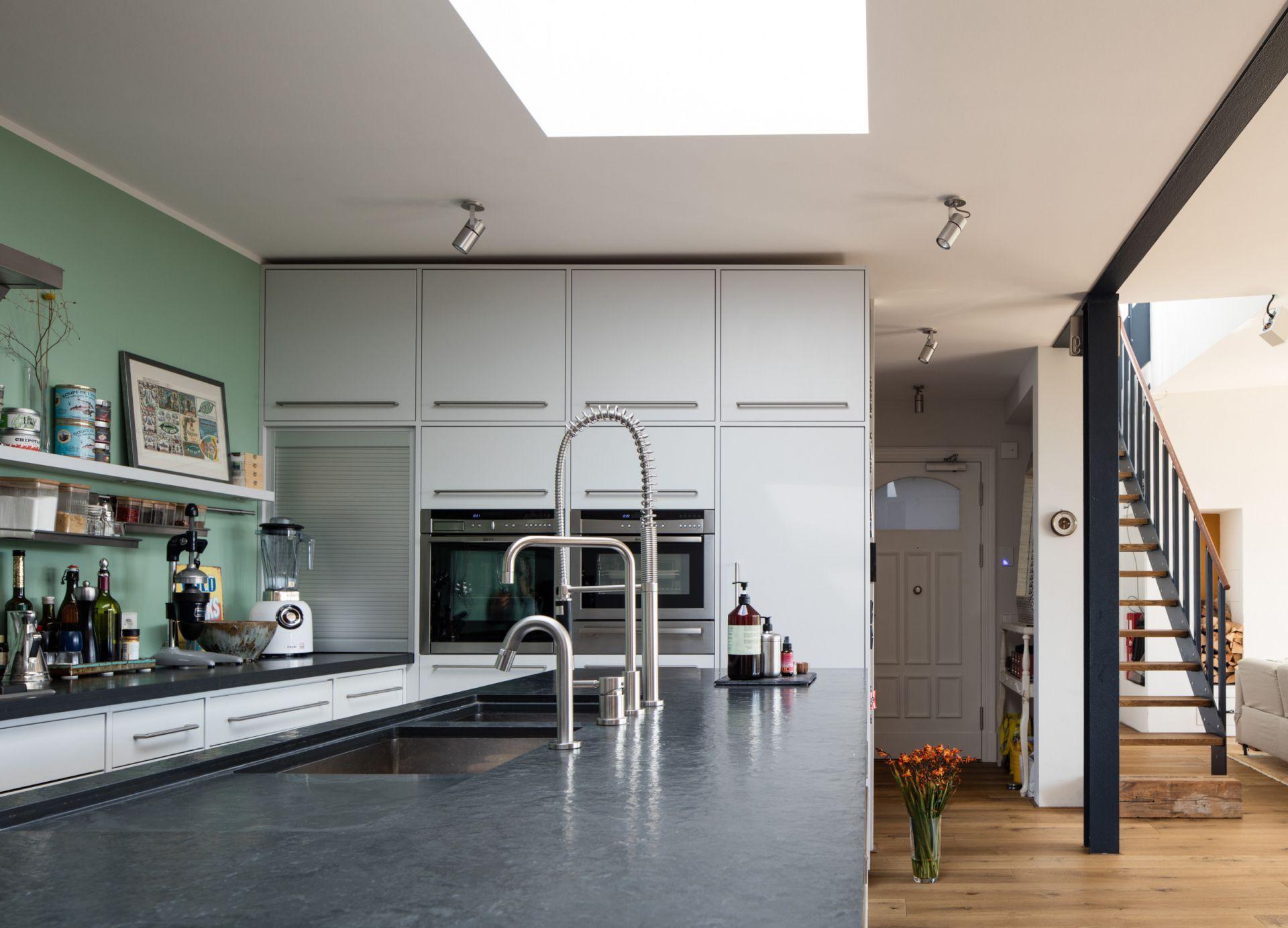 Moderne Küche mit arsengrüner Wand