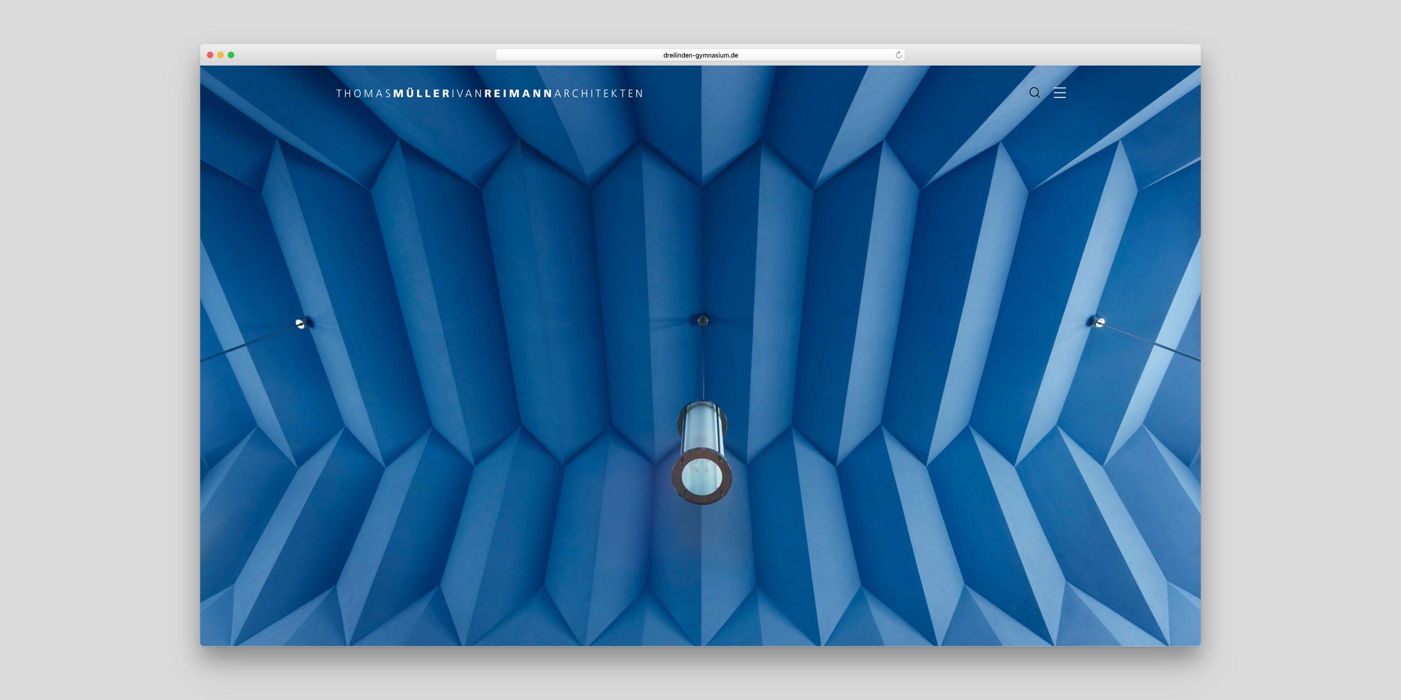 Blaue Deckenkonstruktion von Müller Reimann Architekten
