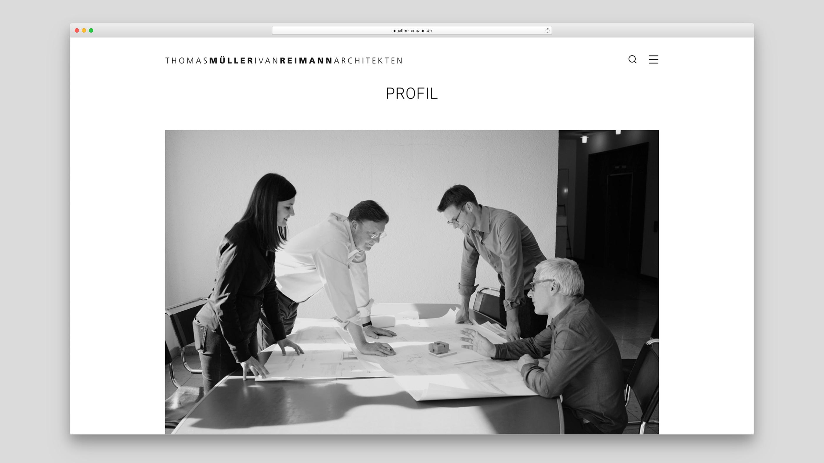 Mehrere Mitarbeiter arbeiten an einem Projekt