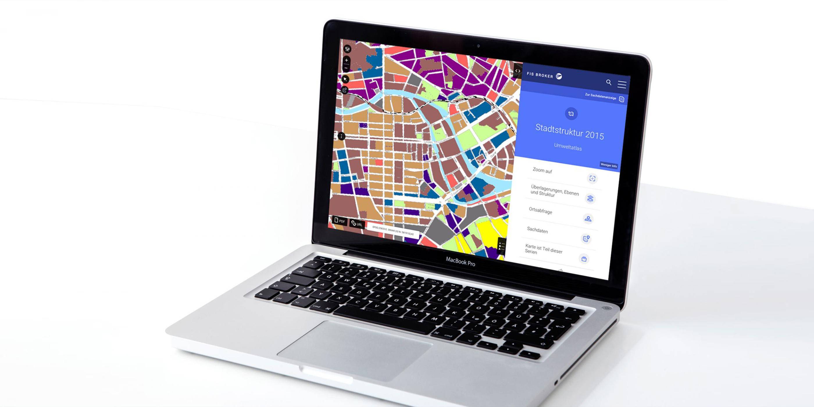 MacBook aufgeklappt, bunter Screen von Geoportal Berlin