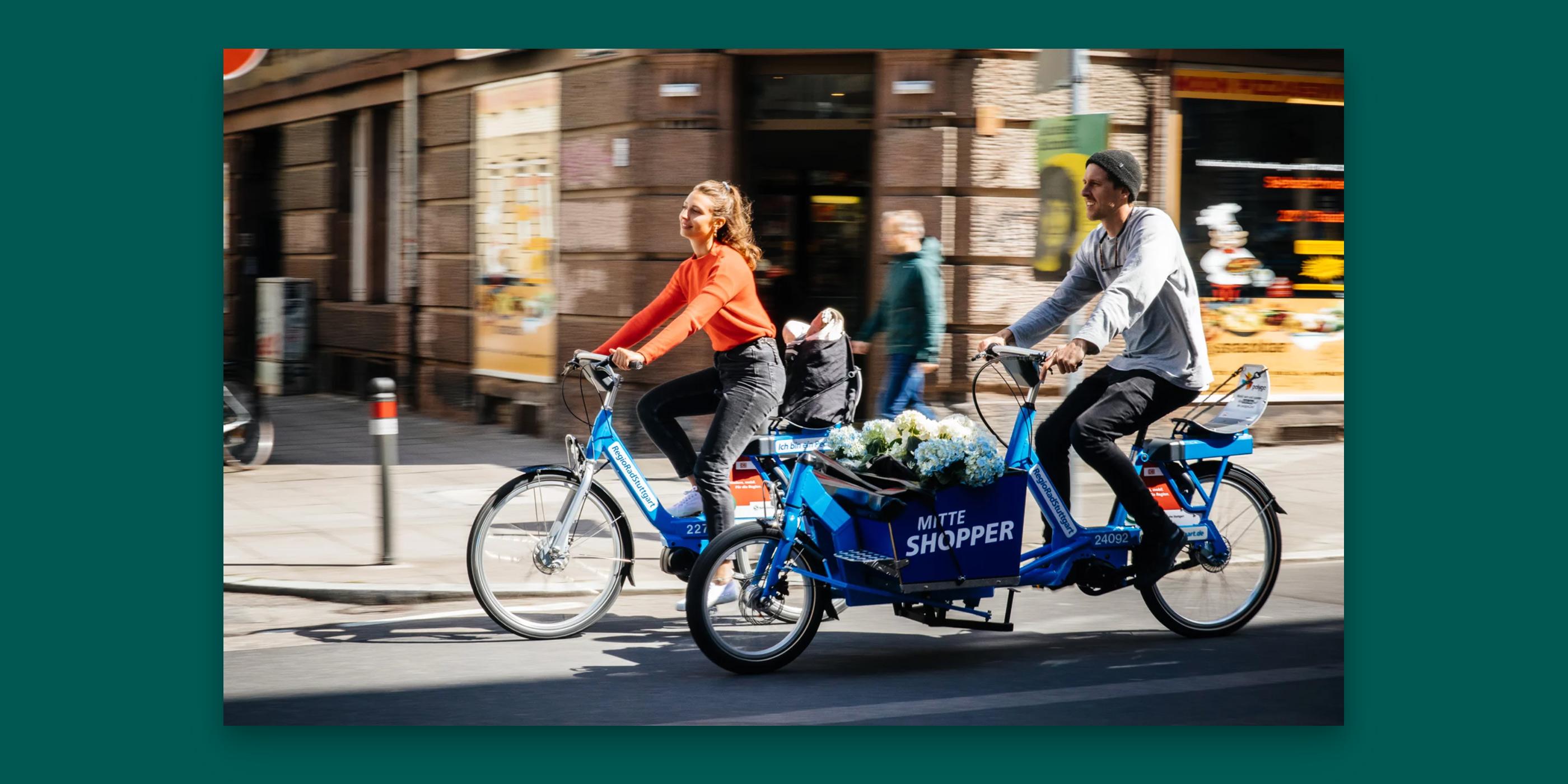 Eine Frau mit einem Fahrrad und rin Mann mit einem Lastenfahrrad von Call a Bike