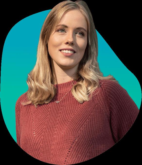 Een blondharige vrouw in een rode gebreide trui glimlachend op een blauwe achtergrond.