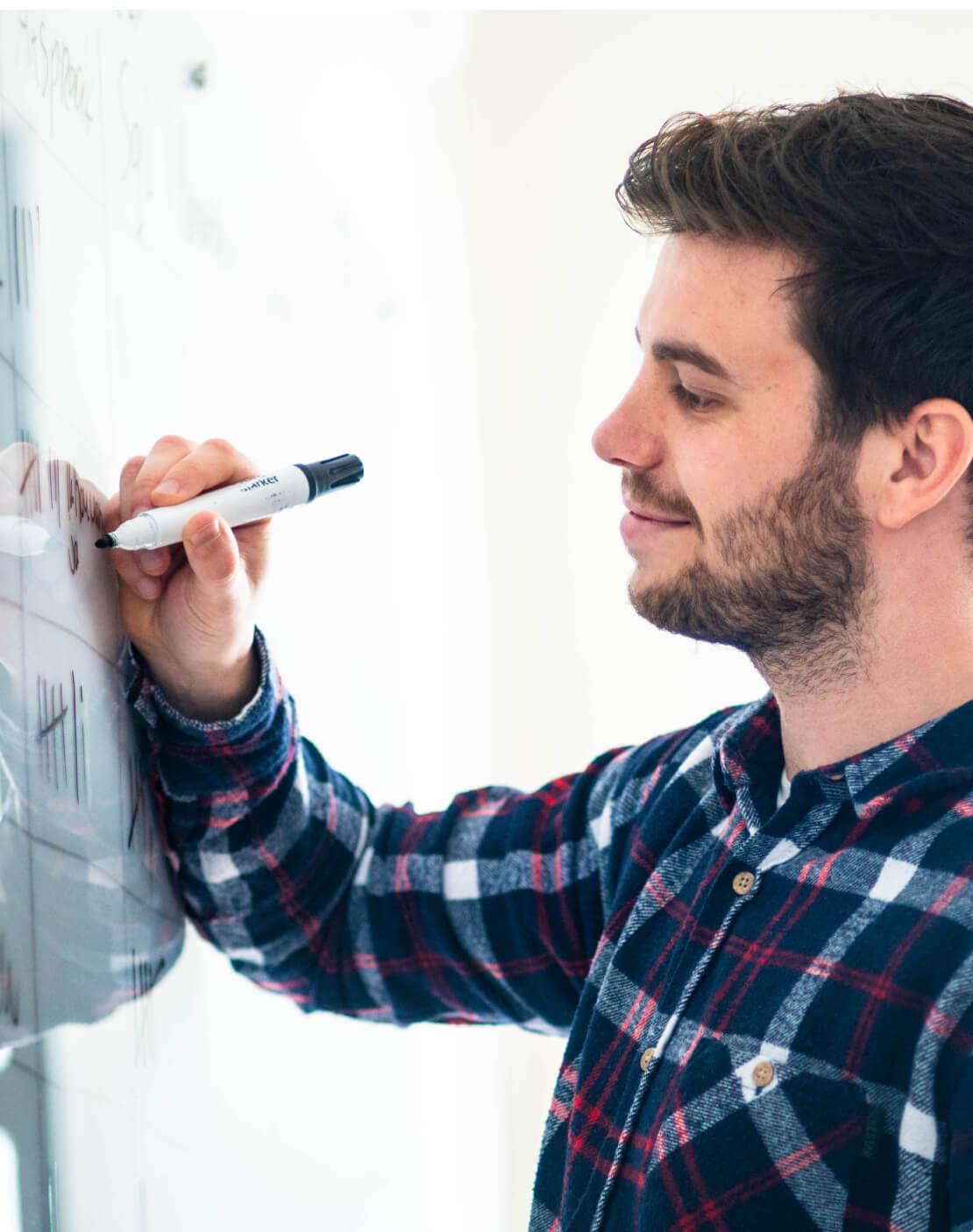 Sqales werknemer schrijft op een schoolbord