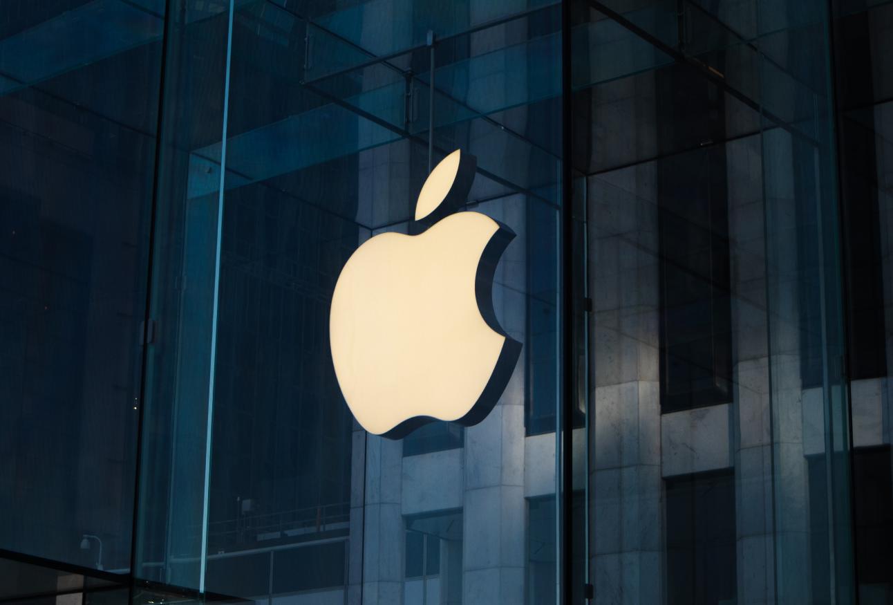 Riesiges Apple-Logo auf einem Gebäude