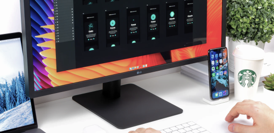 Person arbeitet an einem Desktop PC