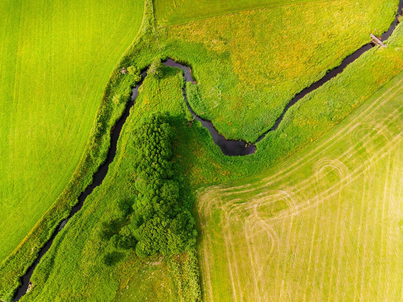 Luftfoto af marker og vandløb