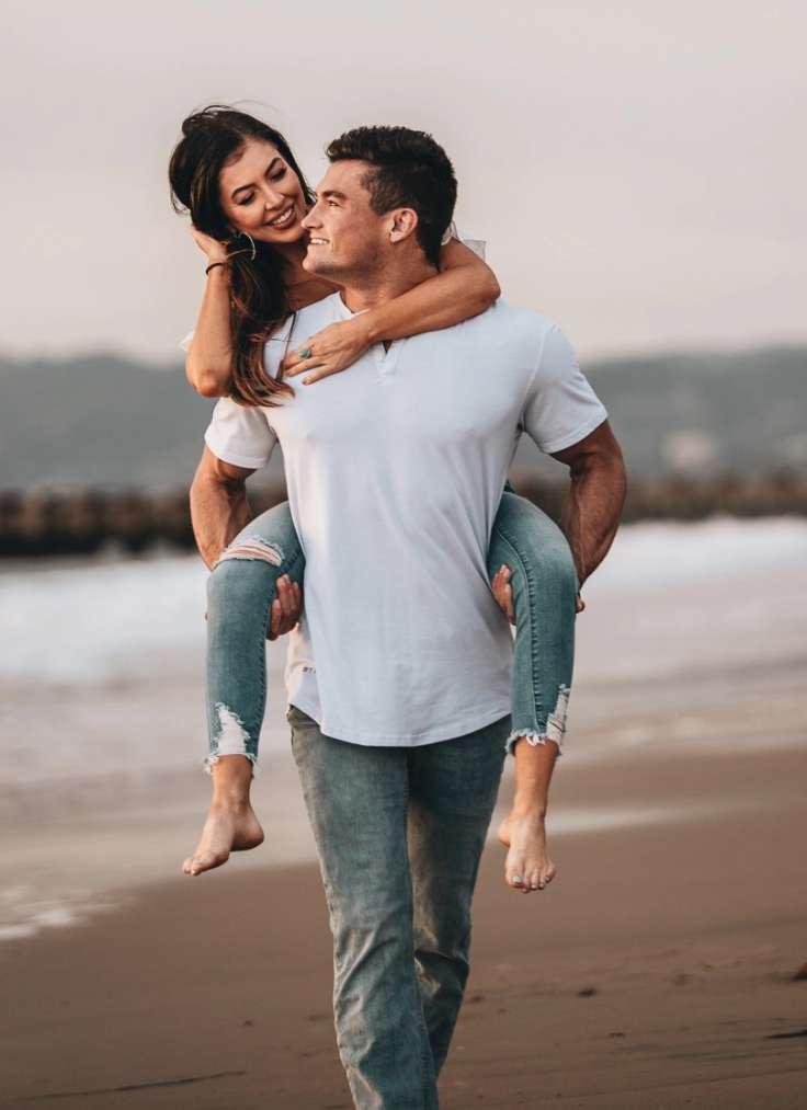 Mann med kjæresten på ryggen