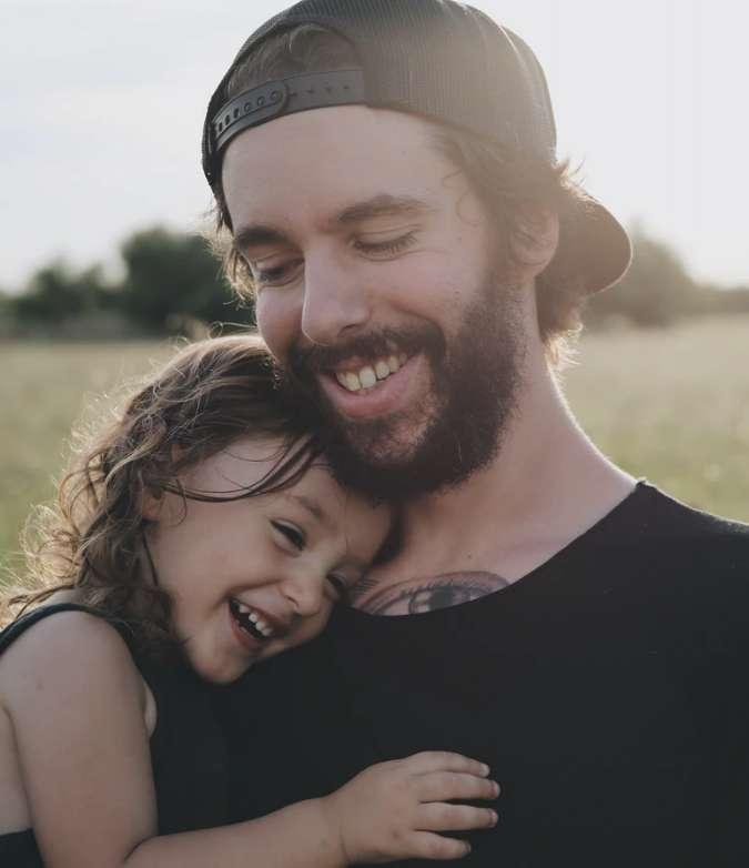 Mann som omfavner sin datter