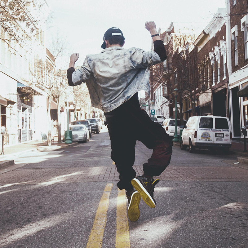 Glad ung mann hopper