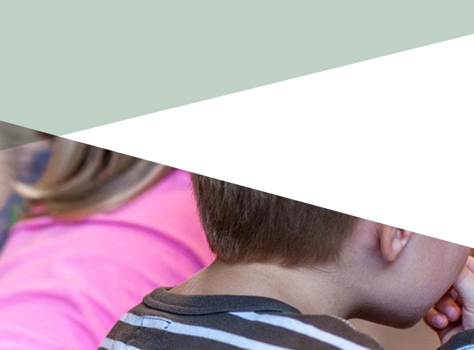 Illustrasjonsfoto: Bufdirs farger (hvitt og lysegrønt) over et utydelig bilde av små barn