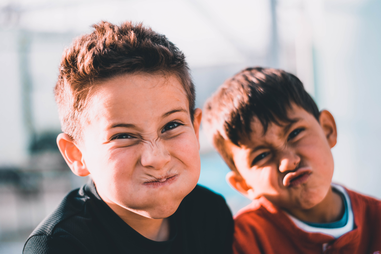 Foto: To unge gutter i solen gjør grimaser mot kamera