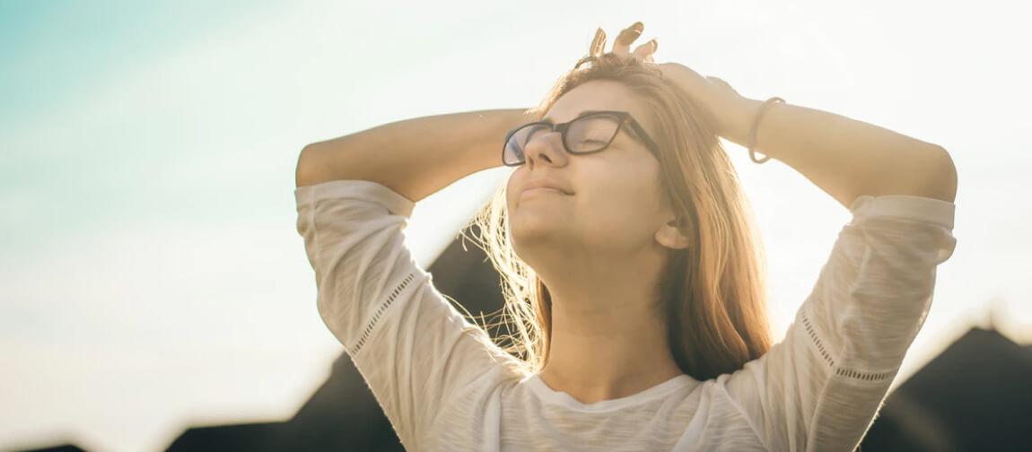 Abbildung einer Frau, die ihre Augen geschlossen hat und zufrieden schaut.