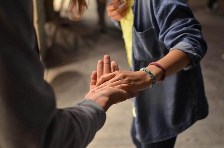zwei personen, die sich die hand geben als zeichen der unterstützung