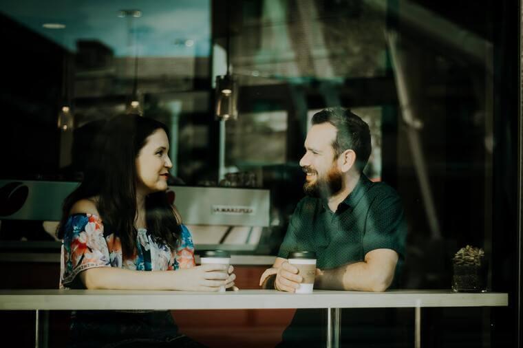 Freunde, die sich in einem Café unterhalten