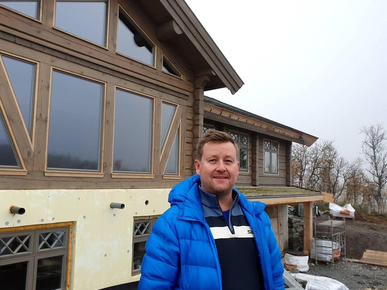 Stein Martin Gaarder foran en hytte