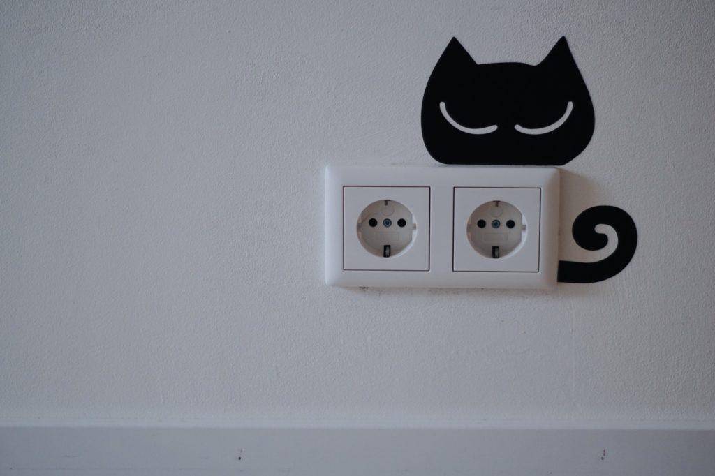garder son logement propre : penser à nettoyer vos prises électriques.