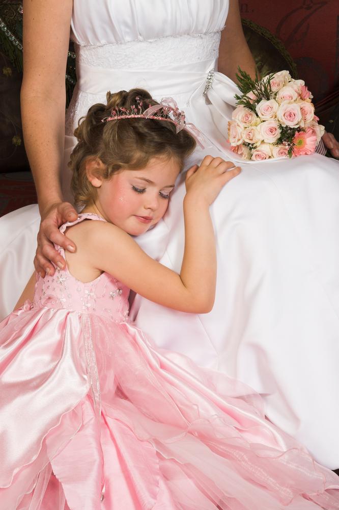 Brud i brudekjole og liten jente i kjole