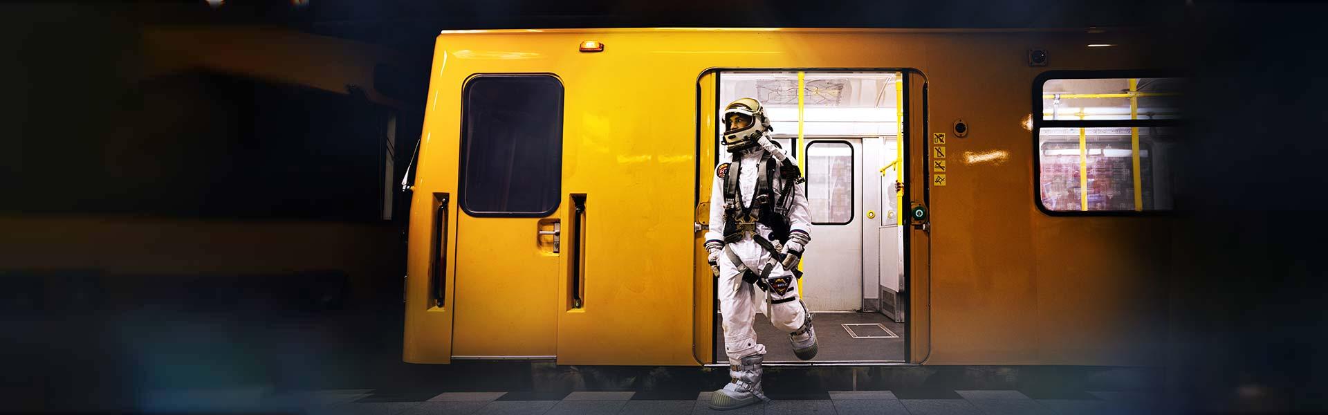 Astronaut steigt aus U-Bahn aus