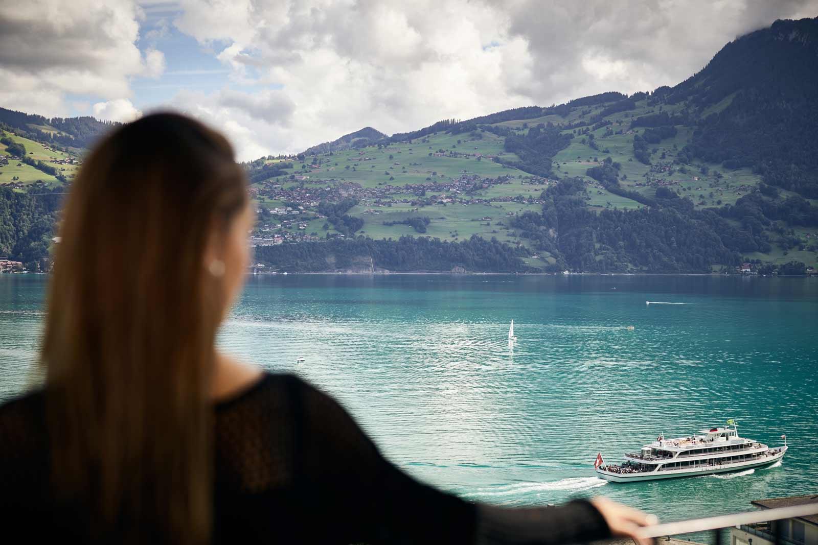 Frau blickt auf den Thunersee
