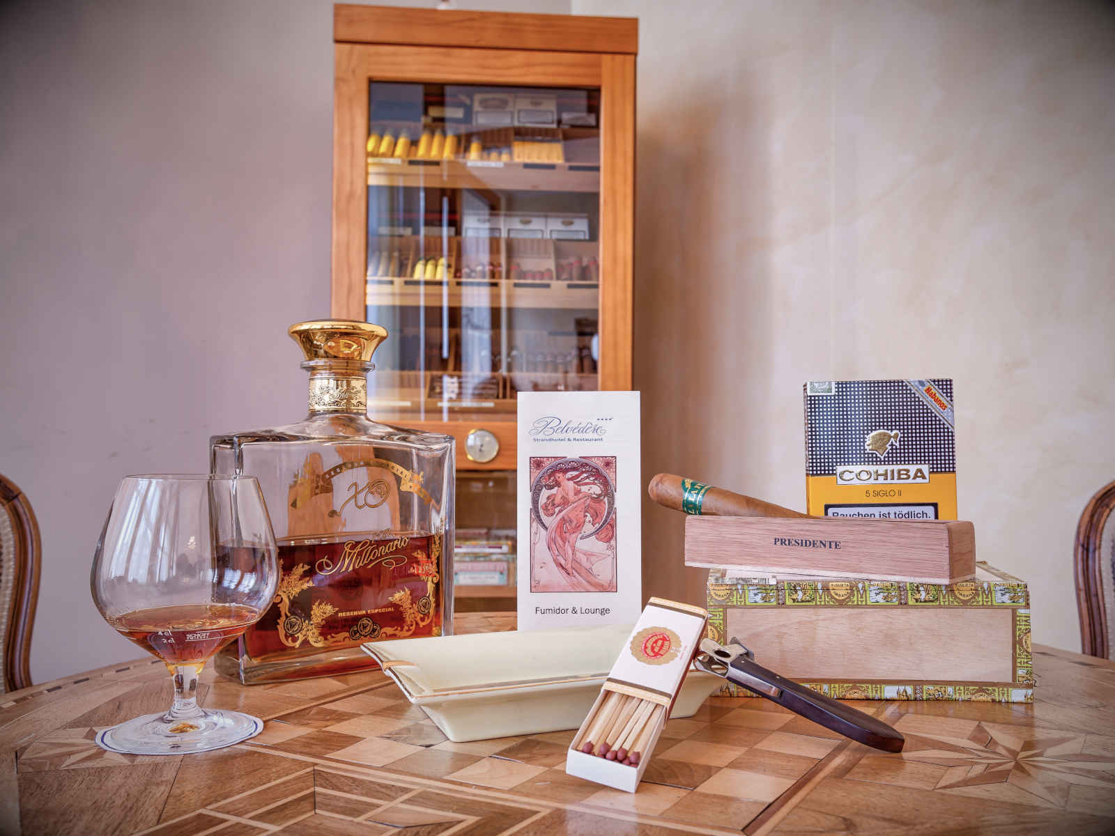 Tisch mit Glas und Zigarre, Humidor