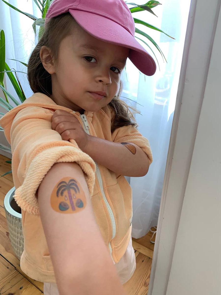 Barn med temporära tatueringar från el taco truck