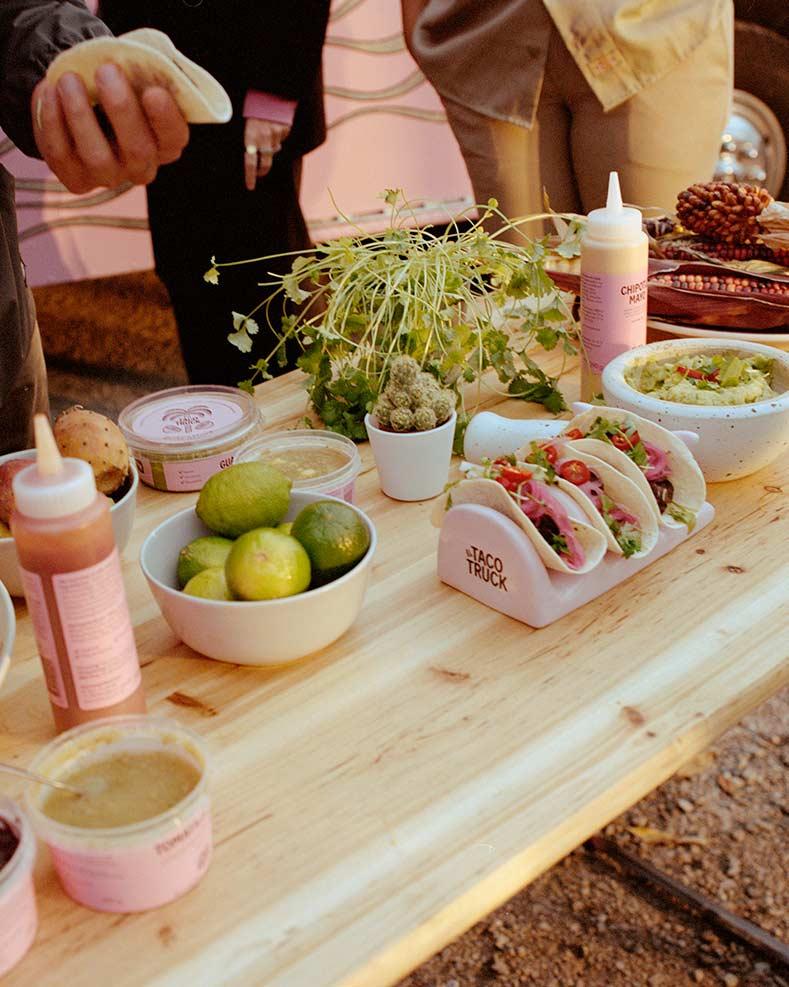 Bord med taco i taco stand och tacotillbehör
