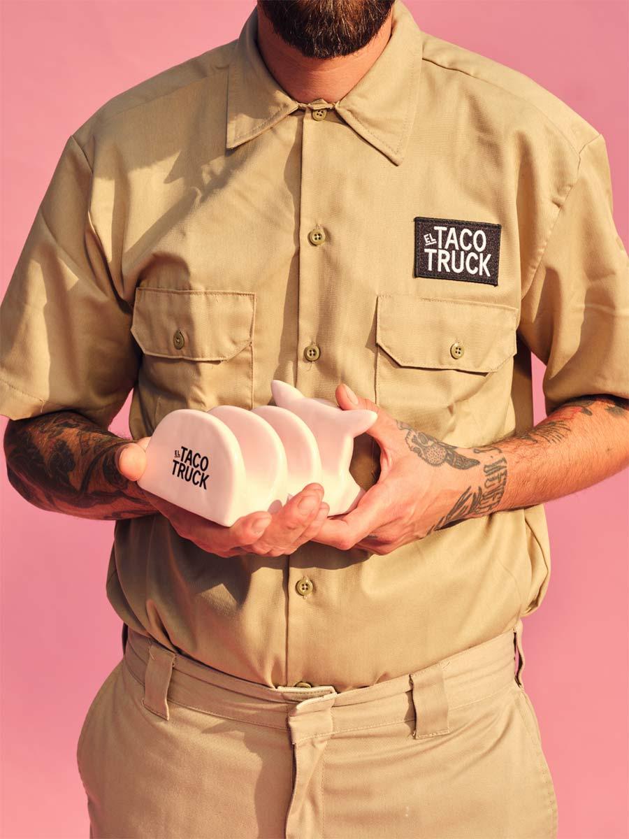 Person som håller ett taco stand från El Taco Truck