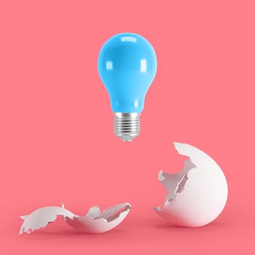 Lyspære som er klekket ut av et egg. Symboliserer design