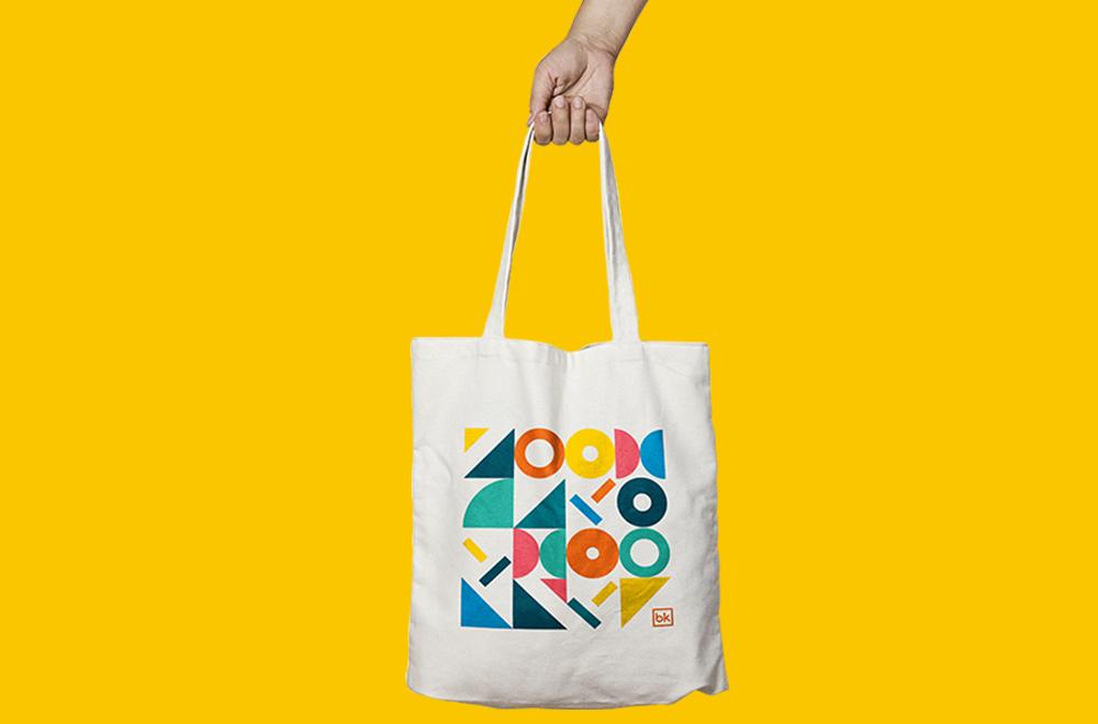 Tøypose med grafisk motiv på gul bakgrunn