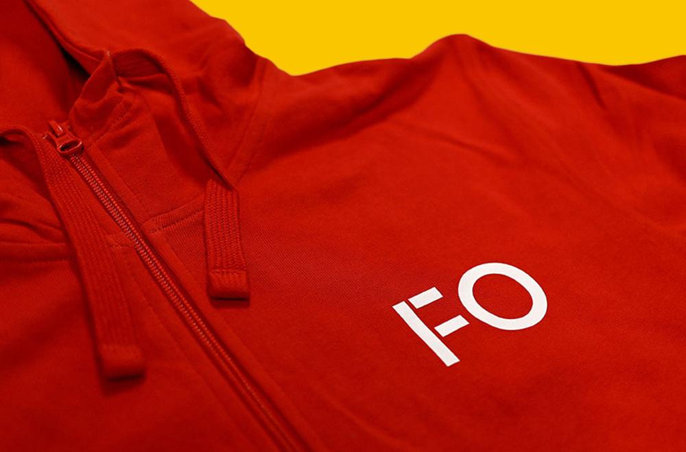 Rød genser med trykk på gul bakgrunn
